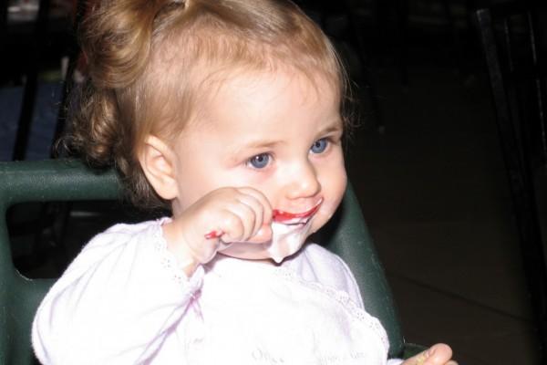 nena menjant iogurt