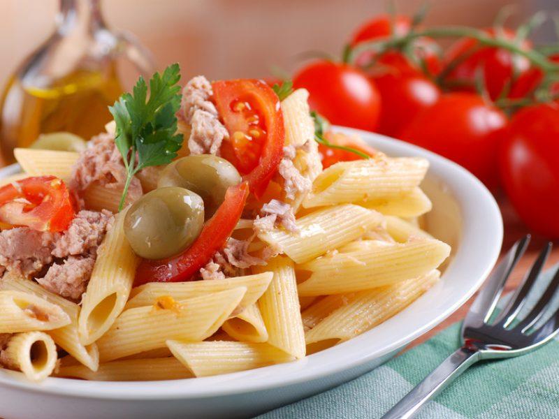 pasta con tomate y atún